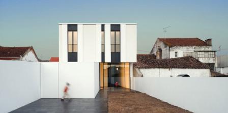 ↑ Jarego House in Cartaxo, Portugal by cvdb arquitectos (Photo: FG + SG Fernando Guerra e Sérgio Guerra)